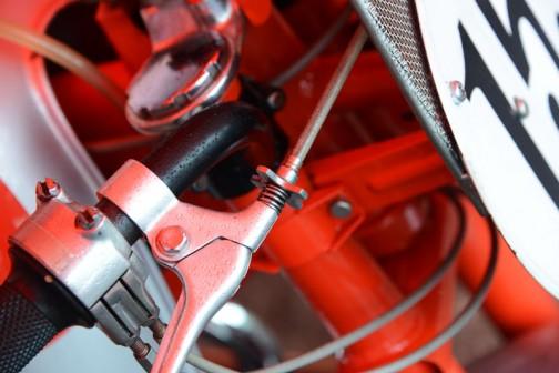 そしてレバーの遊び調整の花びらみたいな部品も金属。今でも自転車のレバーなんかで見ますけど、プラスチックです。