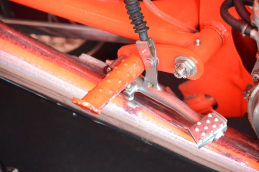 驚いたのはステップです。ブレーキペダルがこんなにきれいなのに鬼の持つこん棒みたいな形。