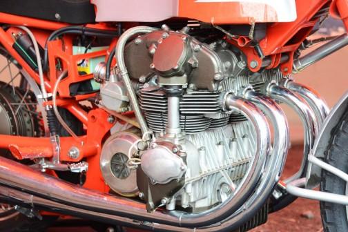 エンジンもすごく繊細です。DOHCです。エンジンの前にフレームがありません。フレームからエンジンが吊り下がるタイプ。