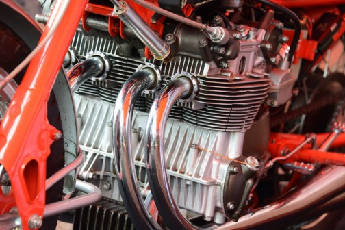 250cc4気筒です。横幅が広くてエンジンが走ってくるような感じ。そのためかクランクケースまで冷却のフィンがついてます。シリンダーのほうの冷却フィンはすごく目が細かい。星形エンジン級!