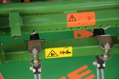 あまり痛そうじゃない注意書き。それにしてもドイツはトラクターもアタッチメントも緑なんだなあ・・・