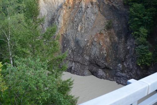 下は沙流川ですが、そんなに大きな土砂が下にあるようには見えません。