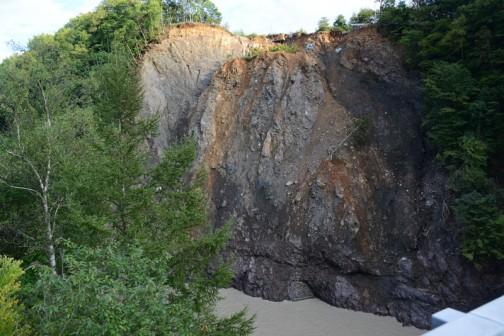 橋の上から対岸を見た写真です。もともとある程度こういう状態だったのかもしれませんが、上のほうは明らかに崩れています。