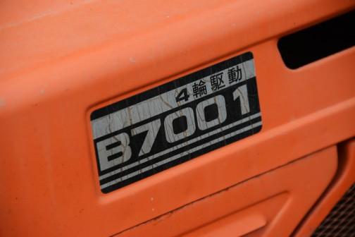 クボタB7001トラクタ ブルトラ エンジン形式 D750 水冷4サイクル3気筒ディーゼル 最高回転数 3000rpm 出力14ps/2800rpm 変速 前進6段 後進2段 PTO3速