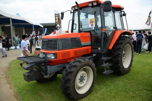 クボタ筑波工場で開かれた関東甲信越クボタグループ「元氣農業応援フェア」2016で見た、中古として販売されていたクボタトラクターMD97です。考えてみたらこれが最後の「四角い」クボタのトラクターかもしれません。