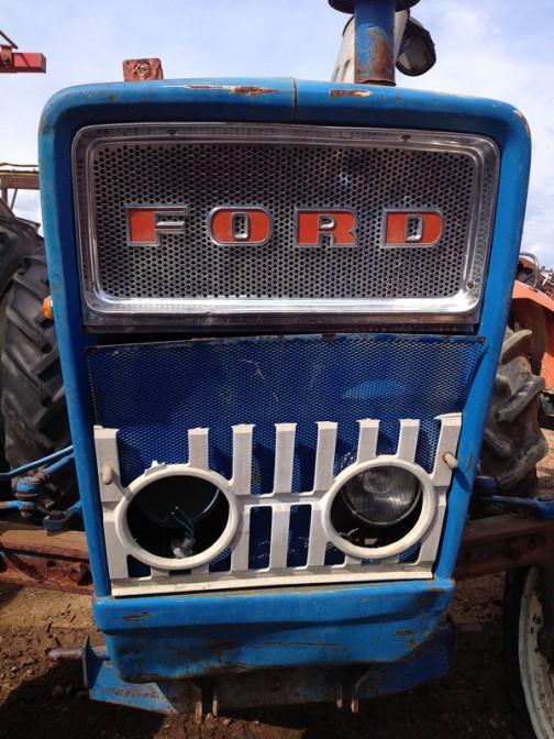 こちらはFORD3000。FORD3000はtractordata.comによれば1965年 - 1975年製。ディーゼルであれば2.9リッター3気筒ディーゼル47馬力。このオーナーは上の方に比べると大雑把な性格のようです。同じ網を入れるのにも大胆かつユニークに・・・