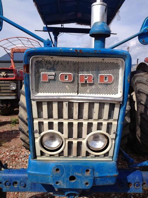 こちらはFORD4000。FORD4000はtractordata.comによれば1962年 - 1975年製。ディーゼルであれば2.8リッター4気筒ディーゼル55馬力。眉間が割れているのはちょっと気になりますが、わりと平穏無事に過ごしてきたお方ではないでしょうか・・・とてもきれいです。