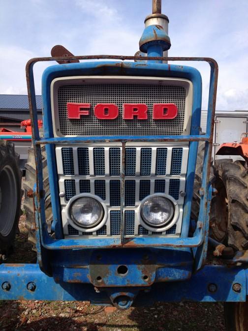 こちらもFORD4000。FORD4000はtractordata.comによれば1962年 - 1975年製。ディーゼルであれば2.8リッター4気筒ディーゼル55馬力。おなじFORD4000でも上のほうのとはちょっと違います。