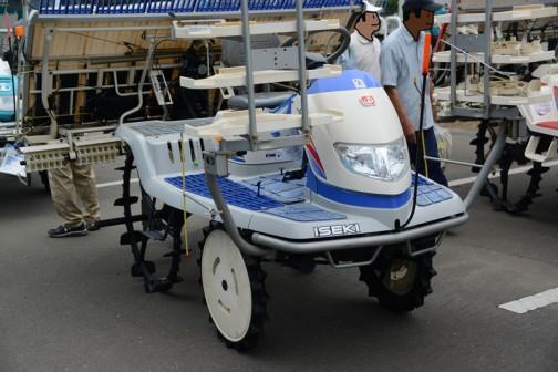 イセキ田植機、PZ70-HGRLです。農研機構の安全鑑定では鑑定を受けたのが2006年。その他のスペックは乗用型7条植 機関 8.3kW{11.3PS} マット苗 回転式植付機構 条間 30cm。当時の希望小売価格は¥2,205,000〜¥2,730,000だったそうです。エンジンは水冷V型2気筒OHVガソリンエンジン437cc最大16馬力/4000rpm。