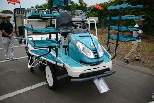 クボタ田植機、NSD8-KR-SP2です。農研機構の安全鑑定ではNSD8として鑑定を受けたのが2007年。スペックは乗用型8条植 機関 D902-E3-P水冷4サイクル3気筒898cc21馬力/3000rpmディーゼルエンジン マット苗 回転式植付機構 条間 30cm。当時の希望小売価格は¥2,930,000〜¥3,990 ,000だったそうです。