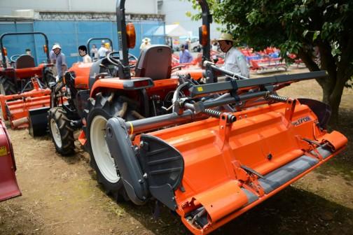 今日はダイナミックフェア2016(JAグループ茨城の第42回農機・生産資材大展示会+同時開催の中古農機展示即売会)で見た中古のドッキングローダつきクボタトラクターKL27R「撮りトラ」です。