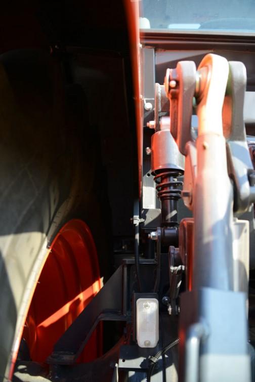 そしてこれがキャビンの後ろに付いているショックアブソーバー。キャビンのサスペンションかもしれません。