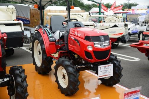 三菱マヒンドラ農機トラクタGSE24JY5VB、エンジン形式S3L2、1318cc水冷4サイクル3気筒ディーゼル23馬力/2500rpm。これも型式名がS3L2とあるので三菱製なのでしょうね・・・