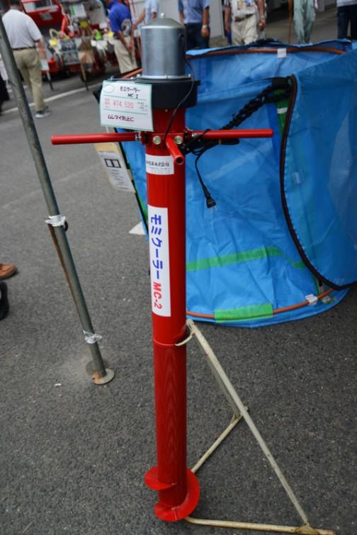 大阪府豊中市の会社、田中産業株式会社のモミクーラーMC-2 価格¥74,520 見た目はバーチカルポンプみたいですが全然違う用途に使うもののようです。今年北海道でhokkaidoujinさんに会ったときに、稲刈りが進んで乾燥機が間に合わなくなってしまったときに、刈った籾をそのまま一晩タンクに放置すると蒸れてしまってダメなんだと聞きました。(蒸れると品質が落ちるということなのでしょうが、どうなるとまでは聞き忘れました)「ムレマイ防止に」とPOPに書いてあるのは群れ米ということかもしれません。