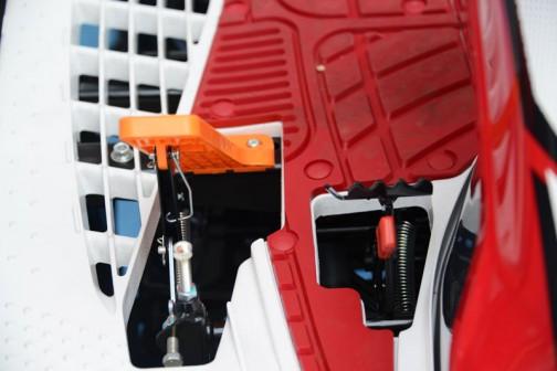 同じくヤンマー5条植田植機 YR5J,U-Z。なんとなくアクセルとブレーキ(だと思います)の写真を撮ったもの。オレンジのペダルが珍しいなあ・・・と思って・・・どっちがどっちかはわかりません。