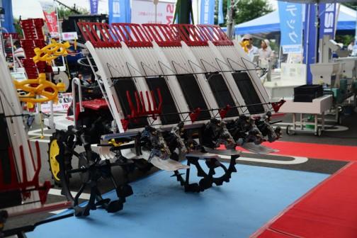 この苗を背負う部分の幅が違うだけで、あとはみんな一緒になってるのかもしれません。ヤンマー 5条植田植機 YR5J,U-Z 価格¥1,663,200 全長 2890mm 全幅 1845mm 全高 1775mm 最低地上高 365mm GB400空冷4サイクルOHVエンジン 391cc 最大12.9馬力