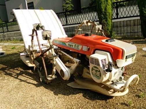 ネットで写真を探してきました。クボタ歩行型田植機、NS200です。写真で「春風」が確認できますね!農研機構の登録では1980年になっています。今から35年前!