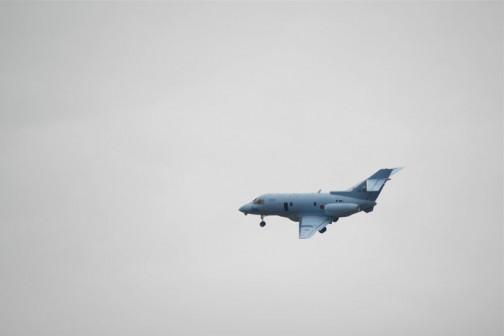前述のように辺境にいるため案内放送を聞くことができません。どんな機種が何をやっているというのがわからないのはちょっと残念。737が行ってしまうと今度は青い小さなジェットが飛んできてただグルグル回っています。