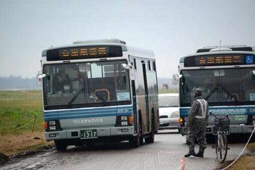 どうも実際の航空祭は滑走路の向こう側でやっているらしく、このバスで滑走路の端を回って向こう側に連れて行ってくれるらしいんです。水戸中の関東バスがここに集結しているんじゃないか?と思われるくらいのバスが走っています。こんなにバスがあったんだ・・・