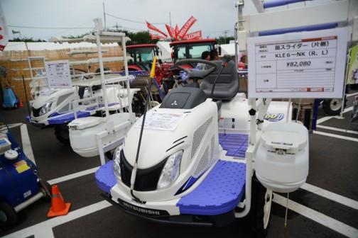 三菱ディーゼル田植機 LE60DPF 価格¥3,123,360 左奥の値札は、3枚苗のせ台 KLE6-N3 ¥19,440 右手前の値札は、苗スライダー(片側)KLE6-NK(R,L) ¥82,080