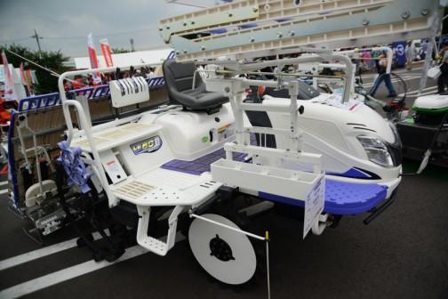 全体的にかわいらしい感じ。三菱8条植田植機 LE80DF 価格¥3,627,720 20馬力 ディーゼルエンジン
