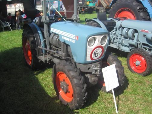 こちらのおめめぱっちりの小顔ちゃん。おもちゃみたいに寸詰まり。とってもかわいらしい。どうもトラクターには「smalspoor tractor」というカテゴリがあるようで、調べてみると狭軌のとか狭いなどという意味らしい。どうもこれこそブドウ畑で働くマシンみたいなんです。