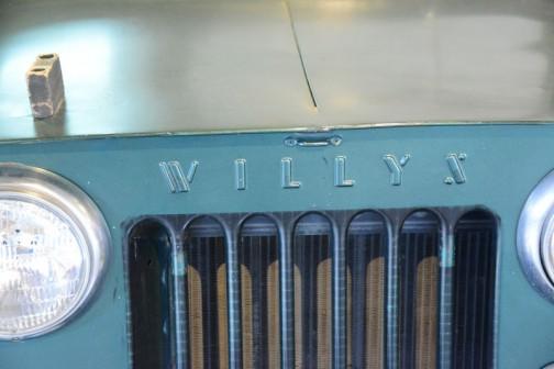 ウィリスジープ 汎用トラクタ  1951年(昭和26年)ウィリス社製(アメリカ) C-1-3A型 70馬力 ガソリンエンジン  1952年(昭和27年)北見市 導入価格は120万円。 当時農家1年の販売高が6〜70万円のころ、機械化の先鞭をつけるのに、家を買うか車を買うか2年間悩み、120万円の借金は決断的導入だったという。 30歳の兄と弟の二人は昼夜働き、二年間でジープ代を払い、家一軒建てたという家宝のトラクタでもある。  同型は以後7年間に道内に136台導入された。  WILLIS JEEP  Year:1951(showa26) Manufacturer: Willis(America) Model:C-1-3A Output:70ps Fuel:Gasoline  In 1952(Showa 27) Mr.Tohru Oikawa of Ktami-shi purchased this tractor for 1,200,000 Yen. Duaring this period the average yearly income for a family of farmers was between 6-700,000 Yen. He pondered for 2 years whether he should build a house or buy the jeep. His desire to be on the cutting edge finaly led him to sign the loan agreement for 1,200,000 Yen and purchase this jeep. Both he and his 30-year old brother worked hard through the day and night and managed to pay off the jeep and build a house within 2 years. This vehicle is one of the Oikawa family treasures.  During the 7 years of productions of this model,136 were purchased in Hokkaido