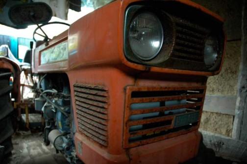 こちらは『スレートハウスで見つけたクボタL2000DT』で紹介したクボタL2000DT。オレンジの中に目がおさまっています。