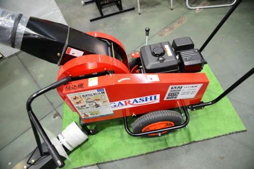 山形県のイガラシ機械工業という会社の製品、もみがら積み込み機。掃除機みたいな物で吸って吐き出す機械。スコップやネコ車で運ばなくてもいいんですね。色々な機械があるなあ・・・イガラシ もみがら積込み機ML-2500E 価格¥393120(税込) この会社のWEBページは独自ドメインではなく、プロバイダのフリースペースで運営されている感じ。こういうのも農機メーカーっぽくていいですよね。