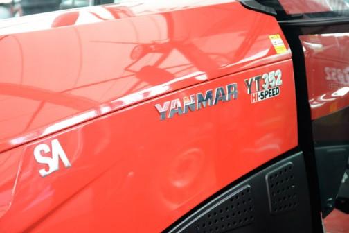 ヤンマートラクター YT3シリーズ YT352 YT352J,YUQH(ロータリ別) 価格¥6,474,600 HMT無段変速オートマ感覚 カラーモニタ チョイ上げチョイ下げ ノークラッチブレーキストップ ハイスピード SAスマートアシスト A/Bモード自動切替 倍速+オートブレーキ e-control E/G回転&車速自動制御 吊り下げオート制御 自動水平 オートエアコン  全長3400mm 全幅1445mm 全高2300mm 本機重量2010kg エンジン水冷4サイクル4気筒直噴エコディーゼル 馬力/排気量52ps/3318cc 油圧揚力1700kgf 前タイヤサイズ8-18Z 後タイヤサイズ12.4-28H 大型特殊免許要