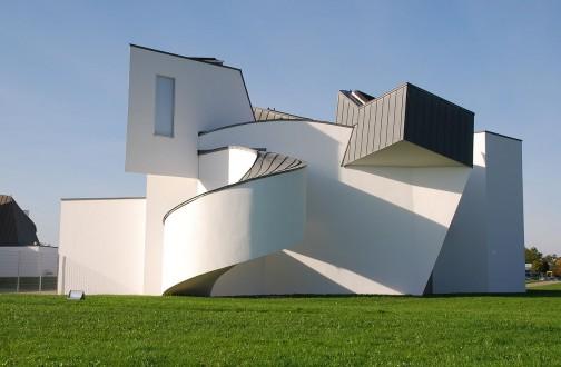 ウィキペディアによるとヴィトラ・デザイン・ミュージアム(英語: Vitra Design Museum)は、ドイツ連邦共和国バーデン=ヴュルテンベルク州ヴァイル・アム・ラインにある博物館。スイスに本社を置く家具会社ヴィトラ(英語版)の工場敷地内に所在する。ミュージアムにはヴィトラ社が所有する膨大な数のデザイナーズ家具や照明器具などが展示され、世界で最も重要なデザイン博物館と言われる。・・・そうです。
