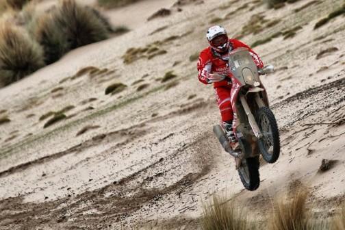 湿ってるのか、砂なのに固くて走りやすそうです。これもヤンマー。