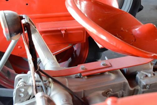 その板バネはフレームに直付け。ナンバーステーと2本のボルトで共締めです。