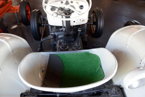 機種名:デビットブラウントラクタ 形式・仕様:DB-770 38馬力 製造社・国:デビットブラウン社 イギリス 製造年度:1961(昭和36)年 使用経過:1955(昭和30)年に中標津町の船橋豊が道内で初めて導入した。 機械的に丈夫でまた、使いやすいトラクタでホクレンの推奨機種であった。 陶器は、中古で入手し、長年使用していたもの。 他にDBを3台使用していて、DBの熱烈なファンである。