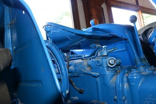 機種名:デキスタートラクタ 形式・仕様:T4型 32馬力 製造社・国:フォードソン社 アメリカ 導入年度:1958年(昭和33)年 使用経過:最初の購入者は不明。清水町柴田自工が途中で入手保存中のものを平成2年伊藤二郎が購入。  作業性能に優れていて使いやすいトラクタとして評判が良かった。昭和35年以降に各地で導入が増えていったという。