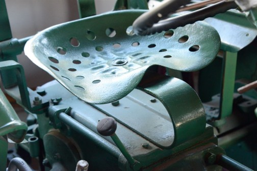 プレスの形は12馬力のほうが似てるけど、穴もあいた全体の形としてはこちらのほうが似てるでしょうか?ホルダーB10型。10馬力です。