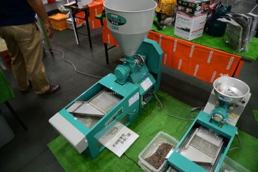 大きな中心の機械 名古屋市南区にある國光社の同じく電動フルイ機と製粉機のセット ひかり号 製粉機 A1-MS(S7)単相750W 税込価格¥153,360 A1-MS(P7)三相750W 税込価格¥146,880 電動フルイ機 SN-B 蕎麦粉用 税込価格¥133,920 SN-K 小麦粉用 税込価格¥172,800 手前の機械はよくわかりません。