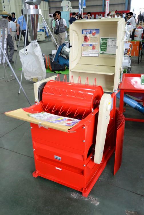 新潟県燕市の笹川農機の足踏み脱穀機 FS-410 現金価格¥47520 これと同じもの、コンバインの中にはいってますよね。そばでも大豆でも米でも、これがあれば少量でも簡単に脱穀できるなあ。