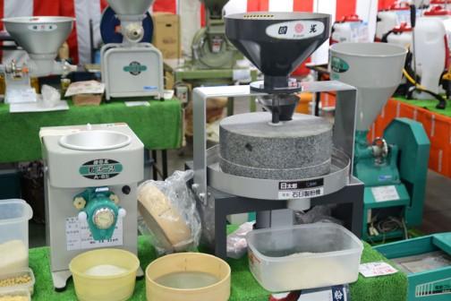 右の機械、名古屋市南区の國光社という会社の そば用電動石臼製粉機・C-300 価格¥388,800