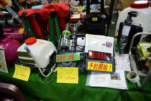 左:長野県長野市 株式会社 麻場の 乗用モアスプレー装置 JS01-RM95 希望小売価格¥97,200 特価¥59,800 梨農家に朗報!と書いてあります。 右:フルーツパウダー GKS-4 価格¥208,000 話題の新商品 予約開始!!と書いてあります 「フルーツパウダー」何のことかと思ったら花粉噴射機なんですって!いちいち手で受粉しなくてもよいという機械?なんですね!