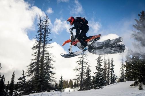 そして後ろはスノーバイクの駆動システムを流用。
