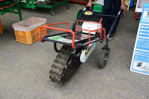 農機具の歯車、車軸など各種パーツを製造販売しているという、岡山県岡山市オカネツ工業株式会社(こちらも農機の本場です)の1輪クローラ電動運搬車『はこぼ』  ER80BK(標準仕様) 価格¥168000