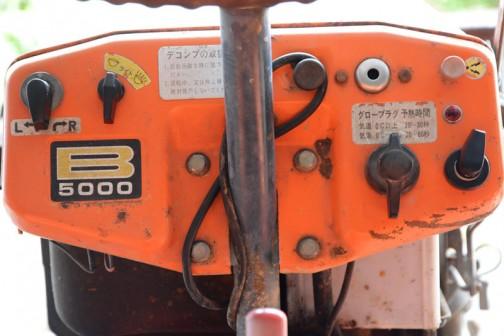 メーターなどは省いたシンプルなインパネ。これってキーもないのでしょうか? いつだって誰だってエンジンを掛けられるということかな? グロープラグの予熱時間は0℃を下回ると20〜60秒。0℃を越えると20〜30秒だそうです。