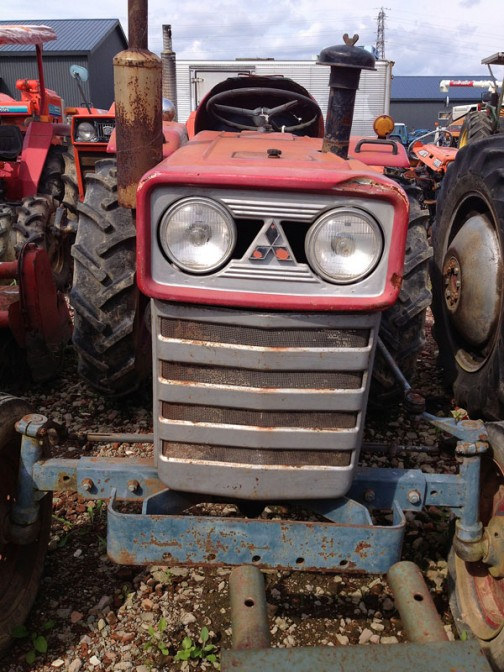 tractordata.comによると1970年〜1975年の間発売されていた三菱トラクターR2000。エンジンは三菱SDT100型1.0L 2気筒ディーゼル20馬力。