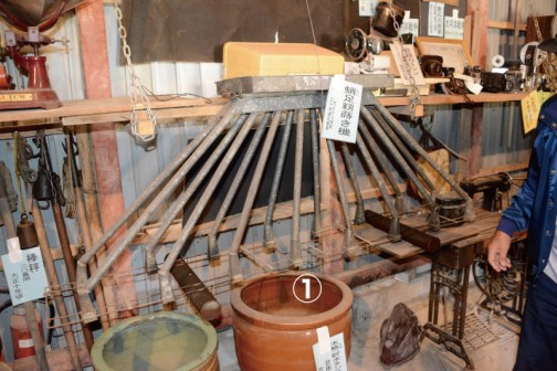 ①たこ足籾蒔き機 大正から昭和30年頃まで使用 「たこ足」がなるほど!の面白い形です。