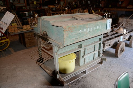 ①米・麦、脱穀機 昭和15年〜40年頃まで使用 ②四輪荷馬車 昭和15年〜40年頃まで使用