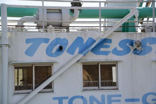 このTONEの部分、クレーンをしまったときに見えなくならないよう、重なっているクレーンにもちゃんと文字が描いてあります。