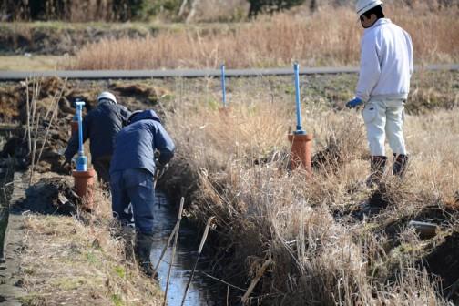 柵板の裏の泥をスコップで取り除いてます。田んぼの土なんで接着力が強くて機械じゃ引き抜けないのかな?