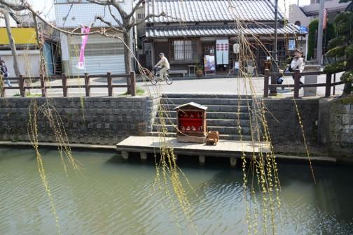 川岸にはおひな様が箱に入って飾られています。