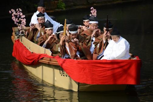 これは五人囃子の船なんでしょうかね・・・実際に演奏しているんですよ! 音楽が聞こえてくるので、「船が近づいていた!」とわかるんです。
